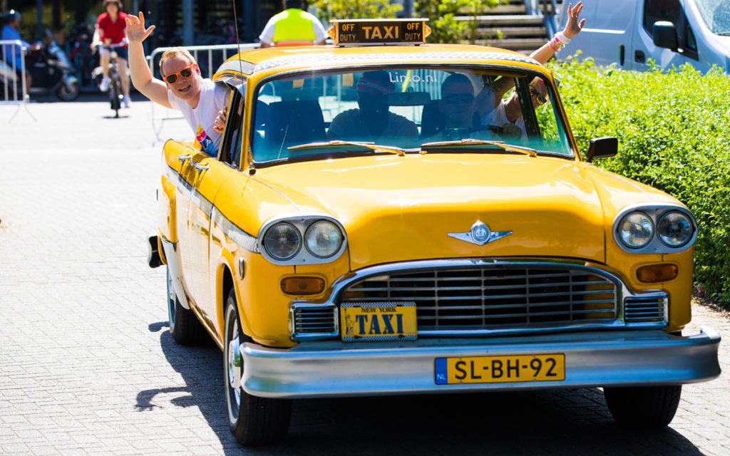 personeel feest gele taxi