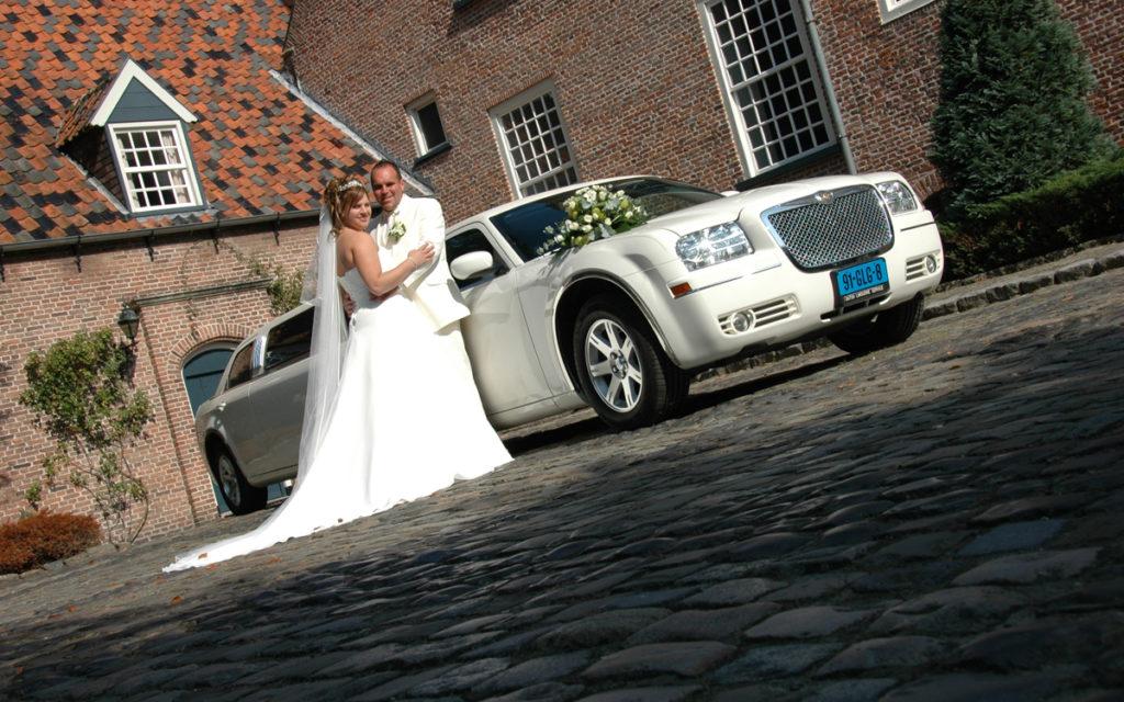 bruidspaar trouw fotoshoot bij witte limousine