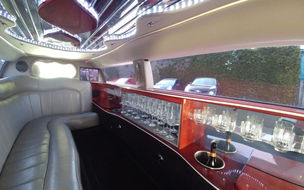 lange witte limousine luxe bar champagne