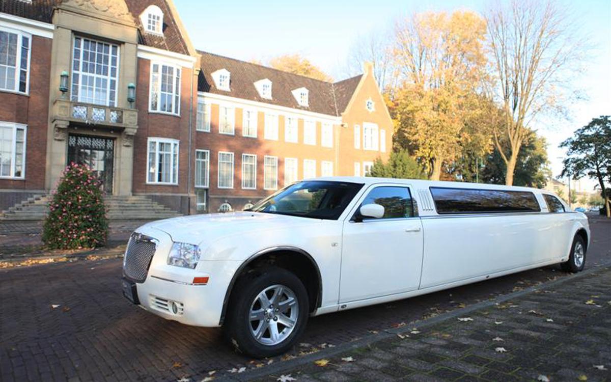 lange witte limousine luxe vooraanzicht